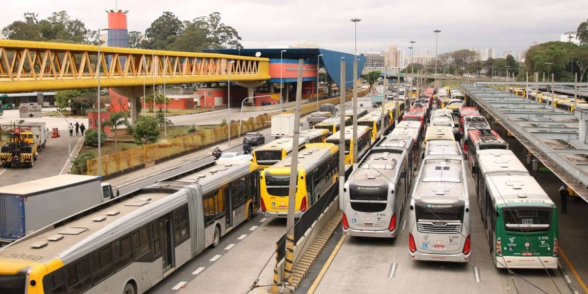 Em meio ao coronavírus, São Paulo ainda tem ônibus lotados