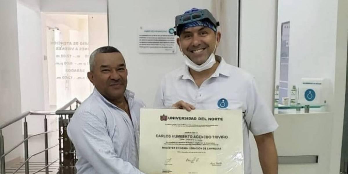 'Guillo', el hombre que se hizo famoso por su sonrisa al entregar diplomas de al UniNorte