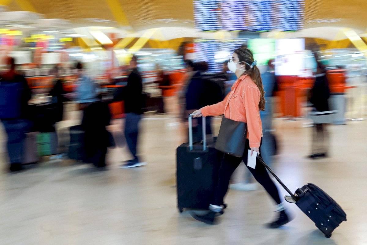Viajeros protegidos con mascarillas este jueves en el aeropuerto Madrid-Barajas
