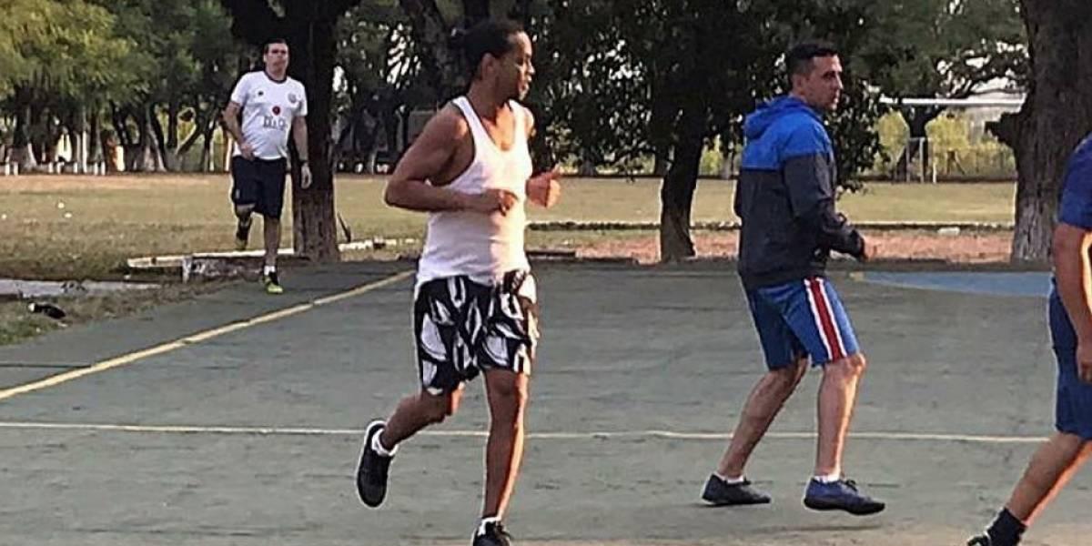 VIDEO   Revelan las primeras imágenes de Ronaldinho jugando un partido en la cárcel