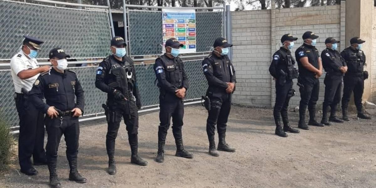 Agentes de la PNC custodian hospital de Villa Nueva