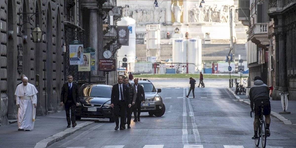 Papa Francisco visita iglesias en Roma pese al toque de queda