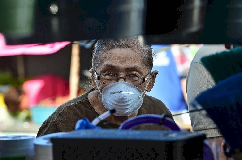 Un hombre con una mascarilla en China