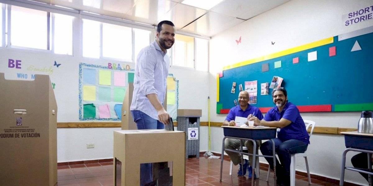 Rafael Paz, candidato a senador, vota en las elecciones municipales extraordinarias