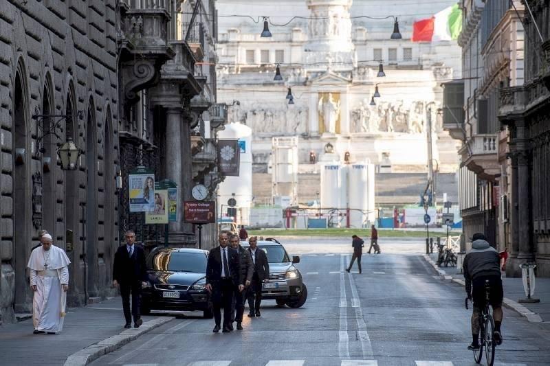 Papa Francisco salió a la calle pese a restricción por coronavirus AP
