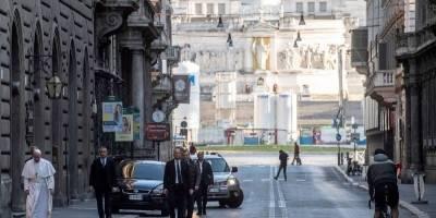 Papa Francisco salió a la calle pese a restricción por coronavirus