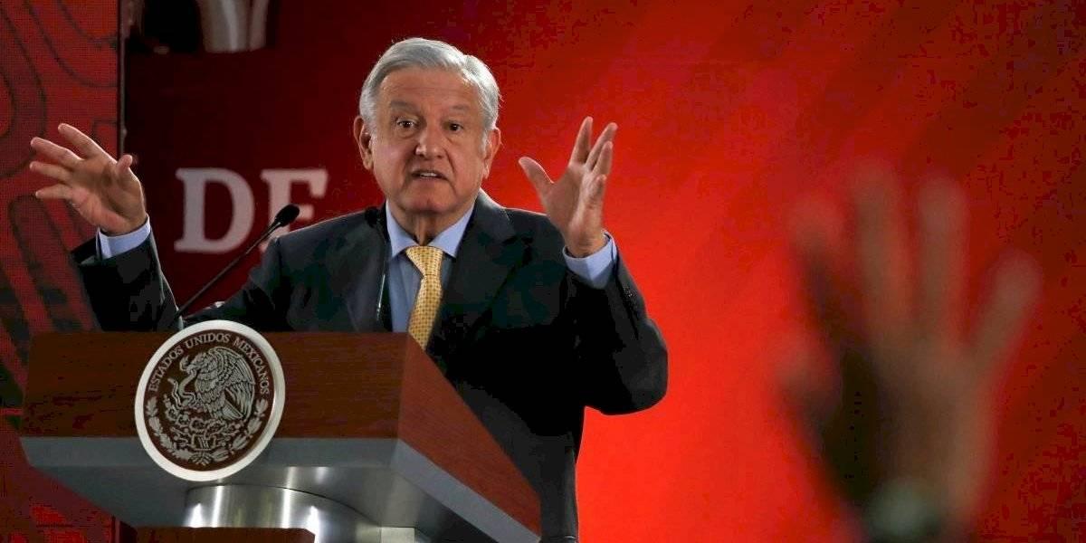 Pese al pedido de las autoridades de Salud por el coronavirus, presidente de México da besos y abrazos en gira por zonas rurales