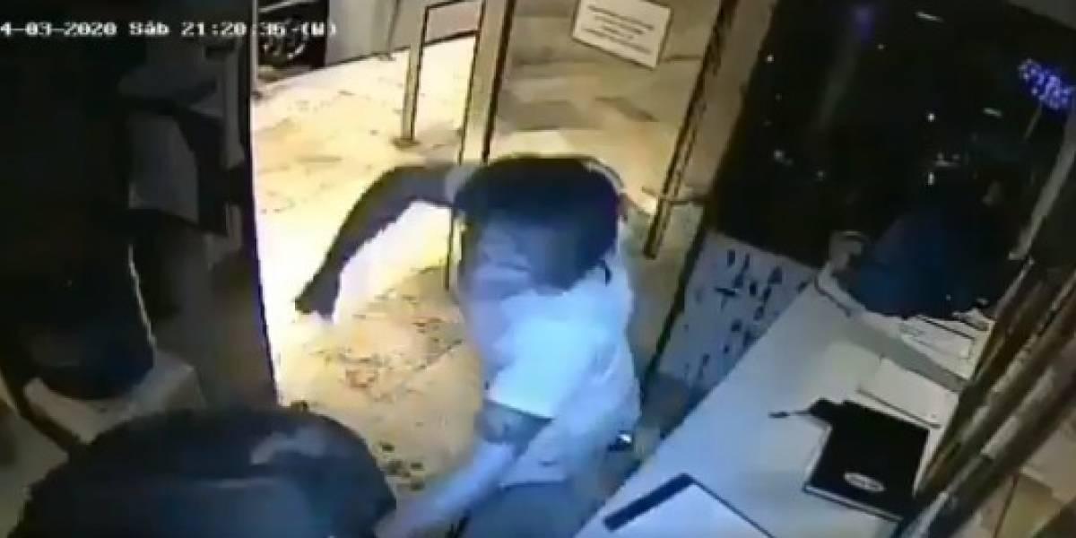 Guardia de seguridad trató que sujeto cumpliera cuarentena y recibió brutal golpiza