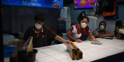 Locatarios y compradores con mascarillas