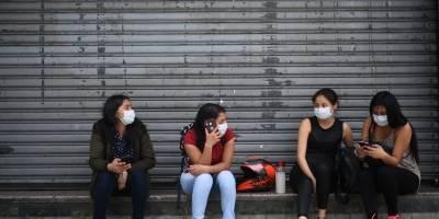 Mujeres con mascarillas en el Paseo de la Sexta