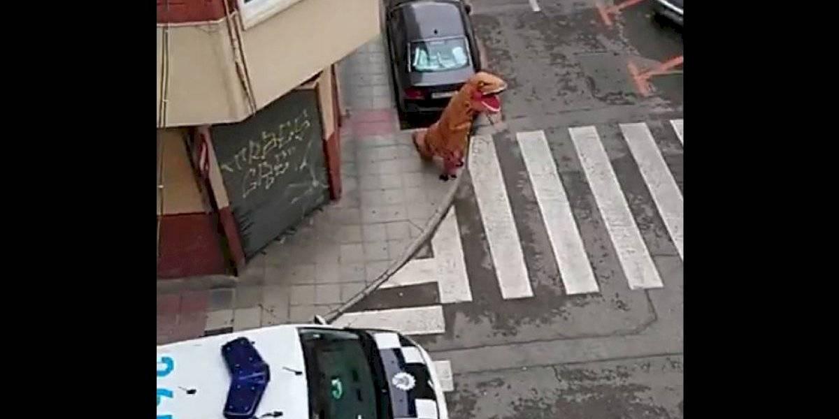 """""""A tontos no nos gana nadie"""": salió a la calle disfrazado de Tiranosaurio rex en medio del estado de alarma en España por el coronavirus"""