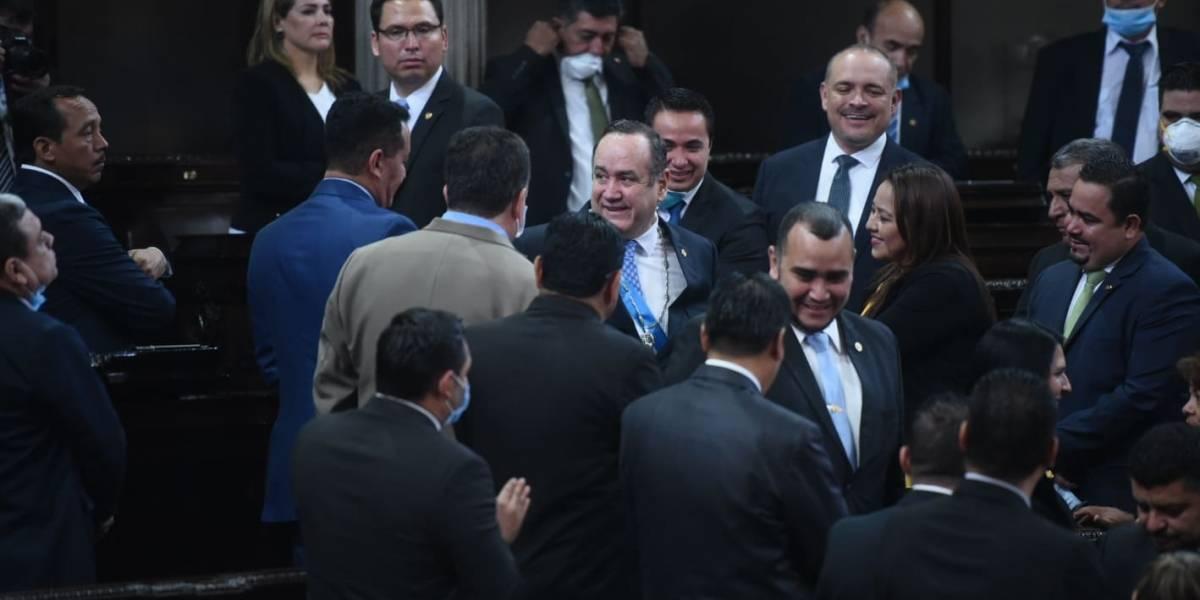 EN IMÁGENES. Diputados violan medidas de prevención del Coronavirus con abrazos y saludos efusivos