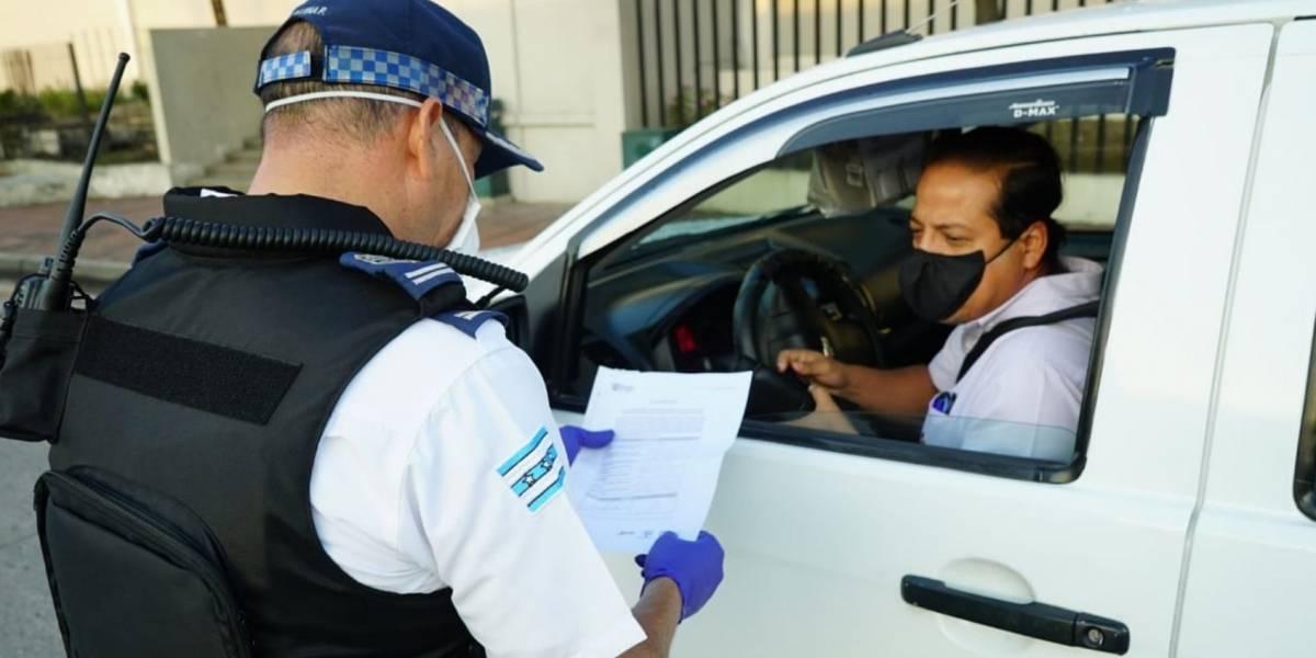 100 conductores de Guayaquil sancionados por circular sin restricción