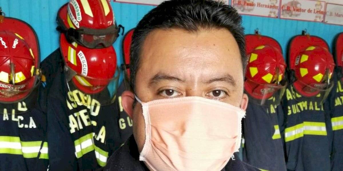 Vecino confecciona mascarillas para donar a Bomberos Municipales Departamentales