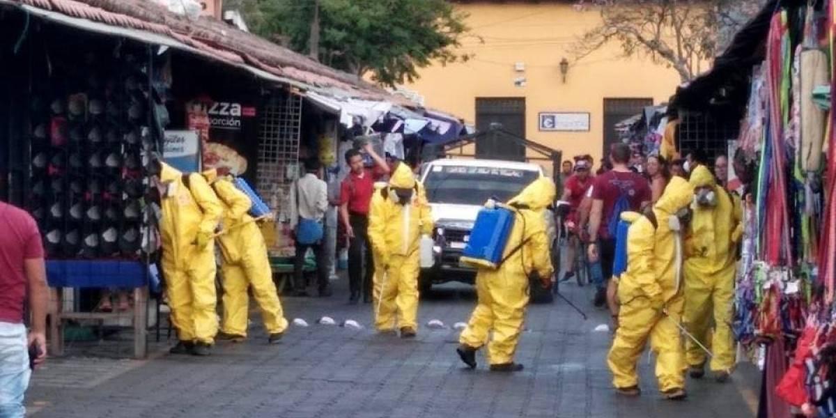 Fumigan el mercado de Antigua Guatemala como prevención ante el coronavirus
