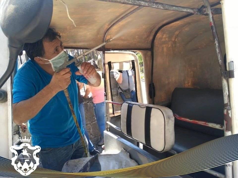 Fumigan mototaxis en Antigua Guatemala