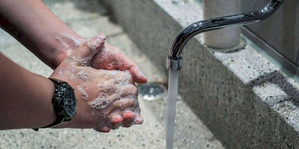 La asombrosa imagen UV de las manos lavadas con jabón