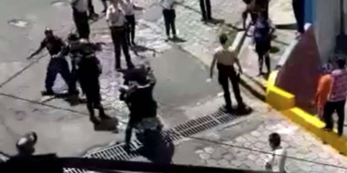 Quito: Policía fue agredido en operativo de desalojo de ciudadanos de la vía pública