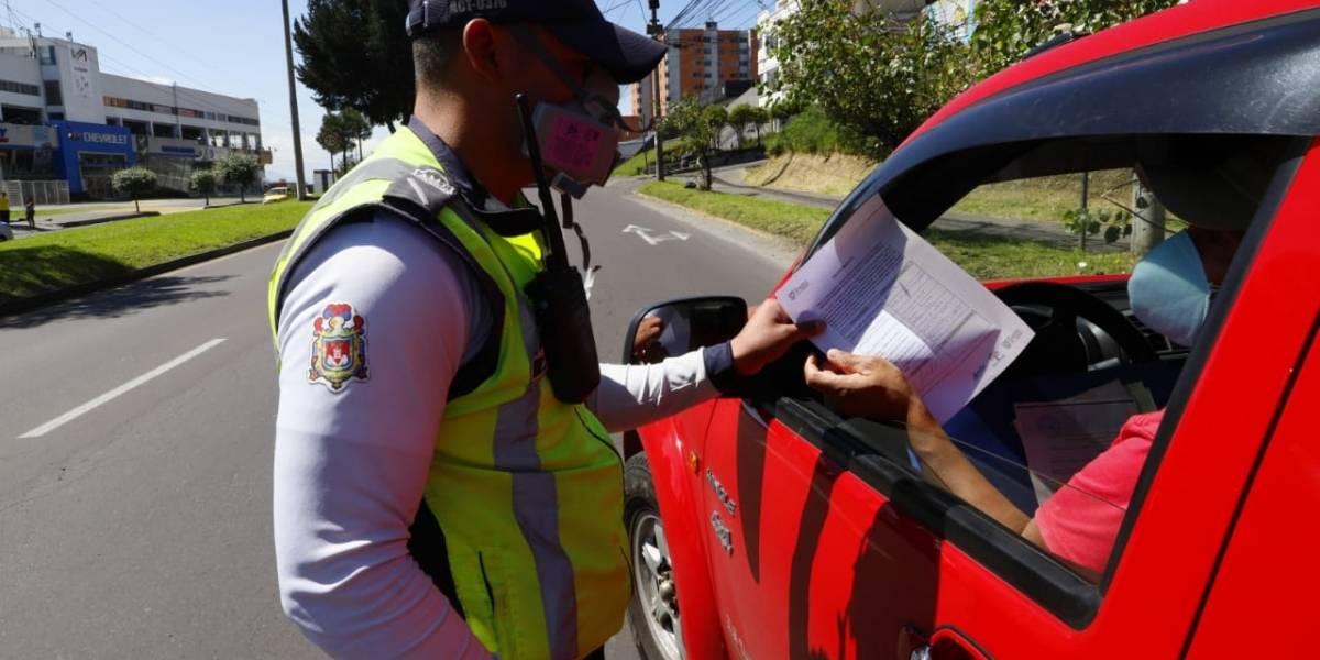 Quito: Más de 10 autos sancionados por incumplir la restricción vehicular