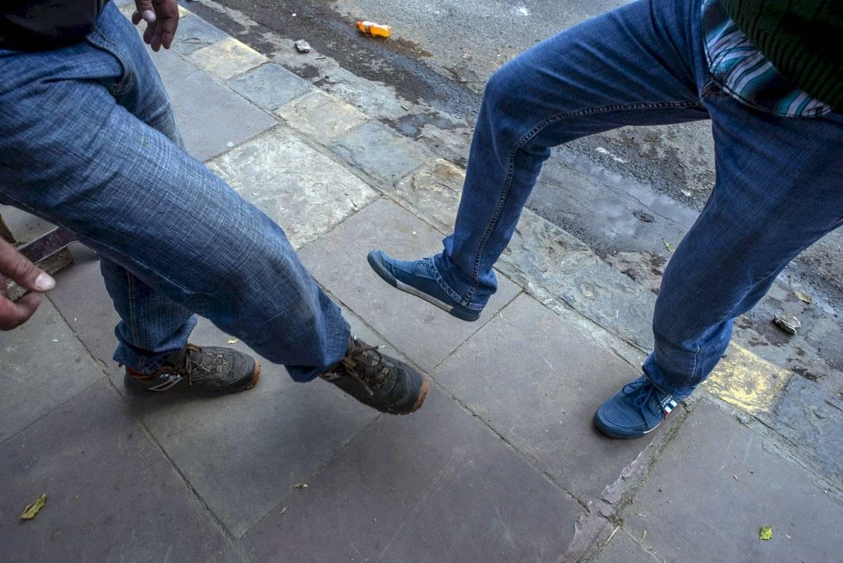Los saludos de pie también son una gran manera de reducir el riesgo de contraer COVID-19.