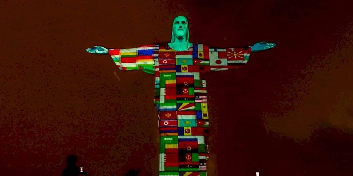 El Cristo Redentor de Brasil muestra banderas de países con casos de coronavirus