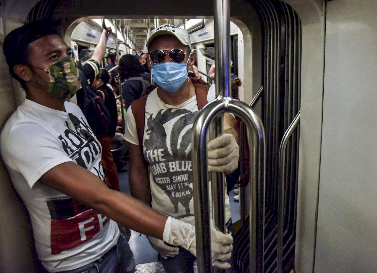 Usuarios del Sistema de Transporte Colectivo (STC) Metro, usan cubrebocas como forma de protegerse ante el coronavirus.