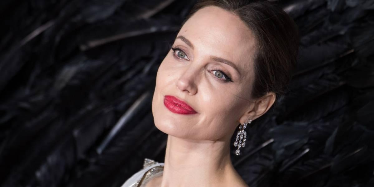 Angelina Jolie reaparece com look simples e elegante