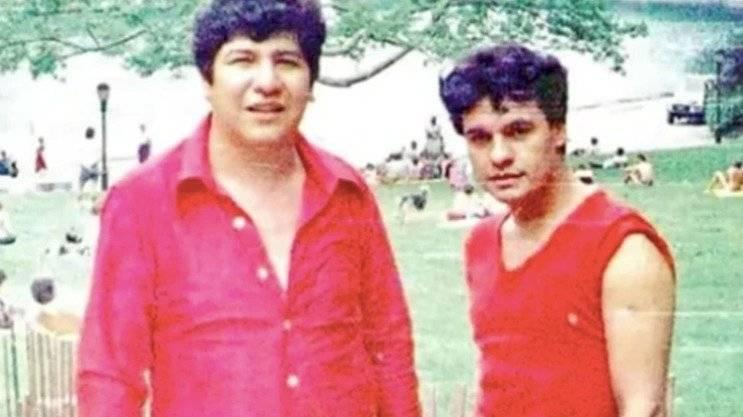 Joaquín Muñoz publicó un libro con fotos que revelaron la homosexualidad del cantante.