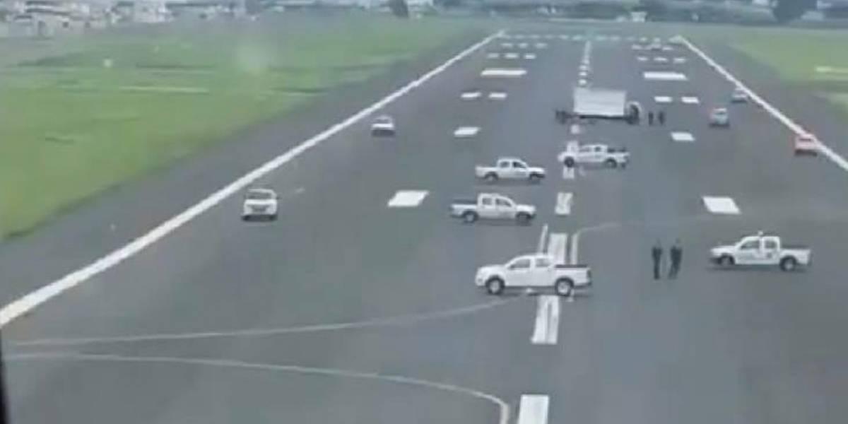(Video) En Ecuador impiden aterrizaje de avión bloqueando una pista de aterrizaje
