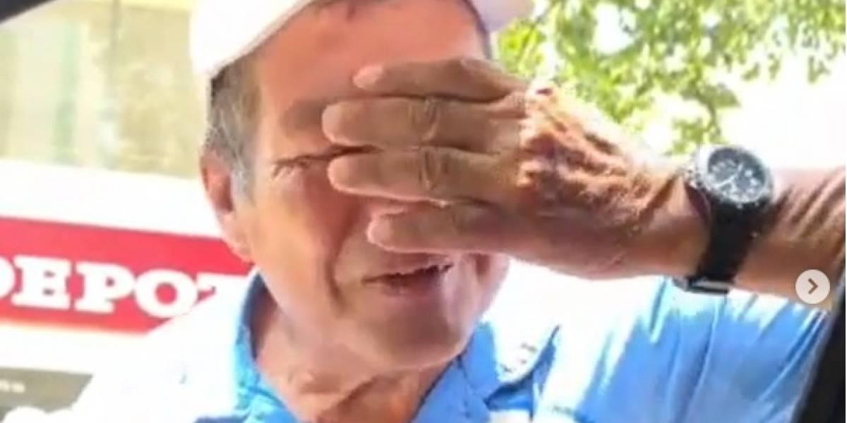 (Video) La conmovedora reacción de vendedor ambulante al recibir este regalazo de pareja colombiana