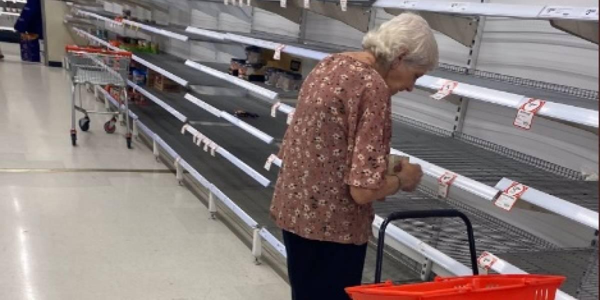 Acaparadores dejan a anciana sin nada que mercar y entre lágrimas