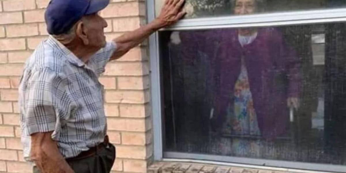 Abuelito visita todos los días a su esposa a través de ventana de geriátrico en cuarentena