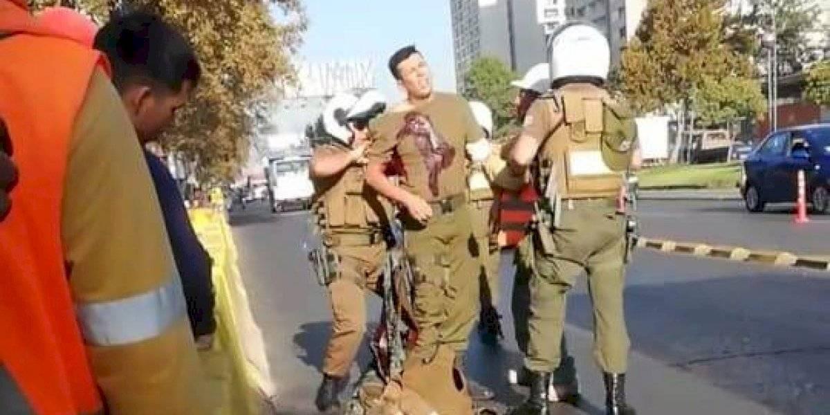 Asaltan Banco de Chile en plena Alameda y dos carabineros quedan heridos con impactos de bala