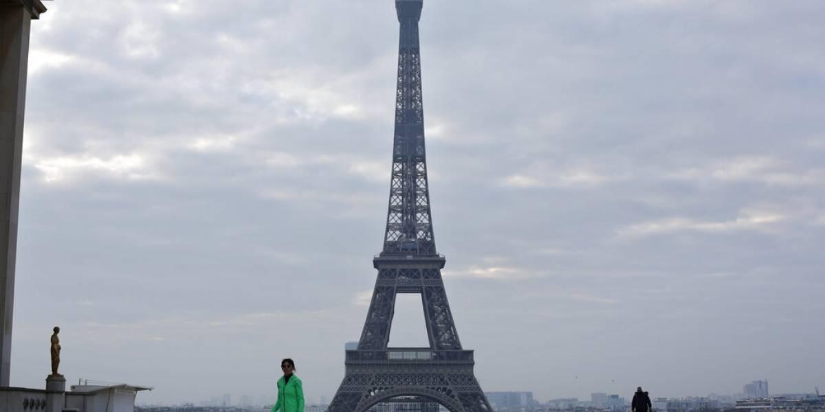 Torre Eiffel rinde homenaje a médicos que luchan contra el coronavirus