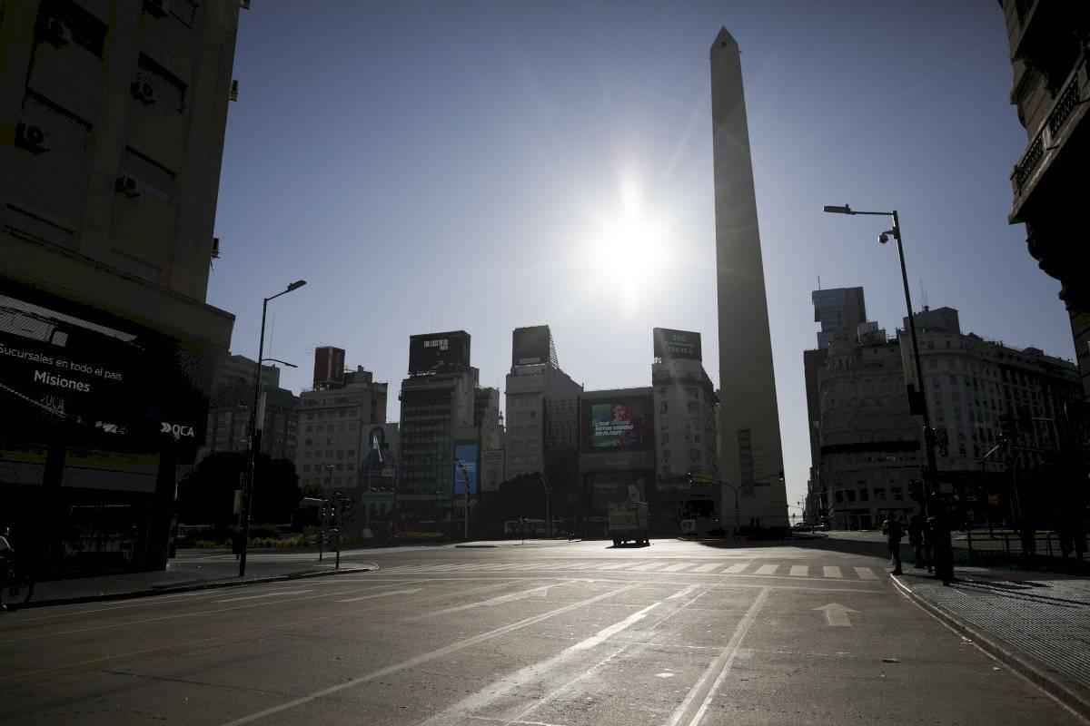 El Obelisco de Buenos Aires se destaca sobre una vacía Avenida Corrientes, en Buenos Aires.