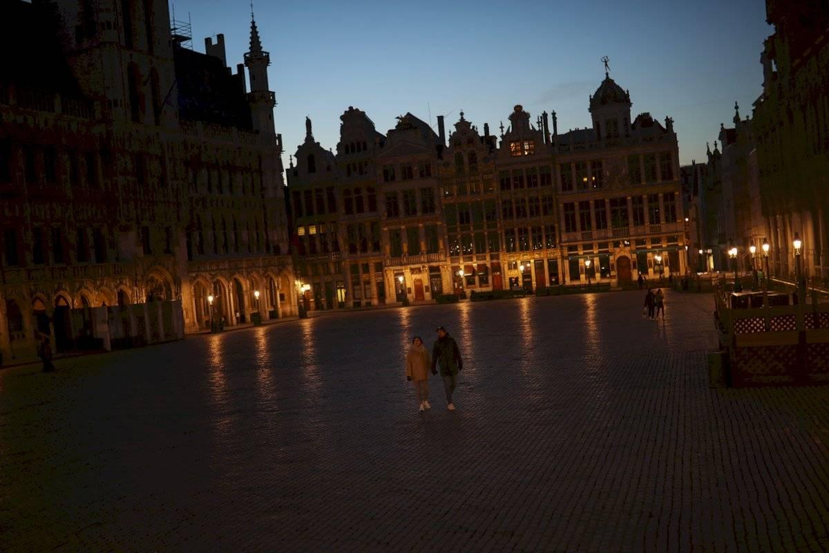 Personas caminan por la plaza Grand Place en Bruselas.