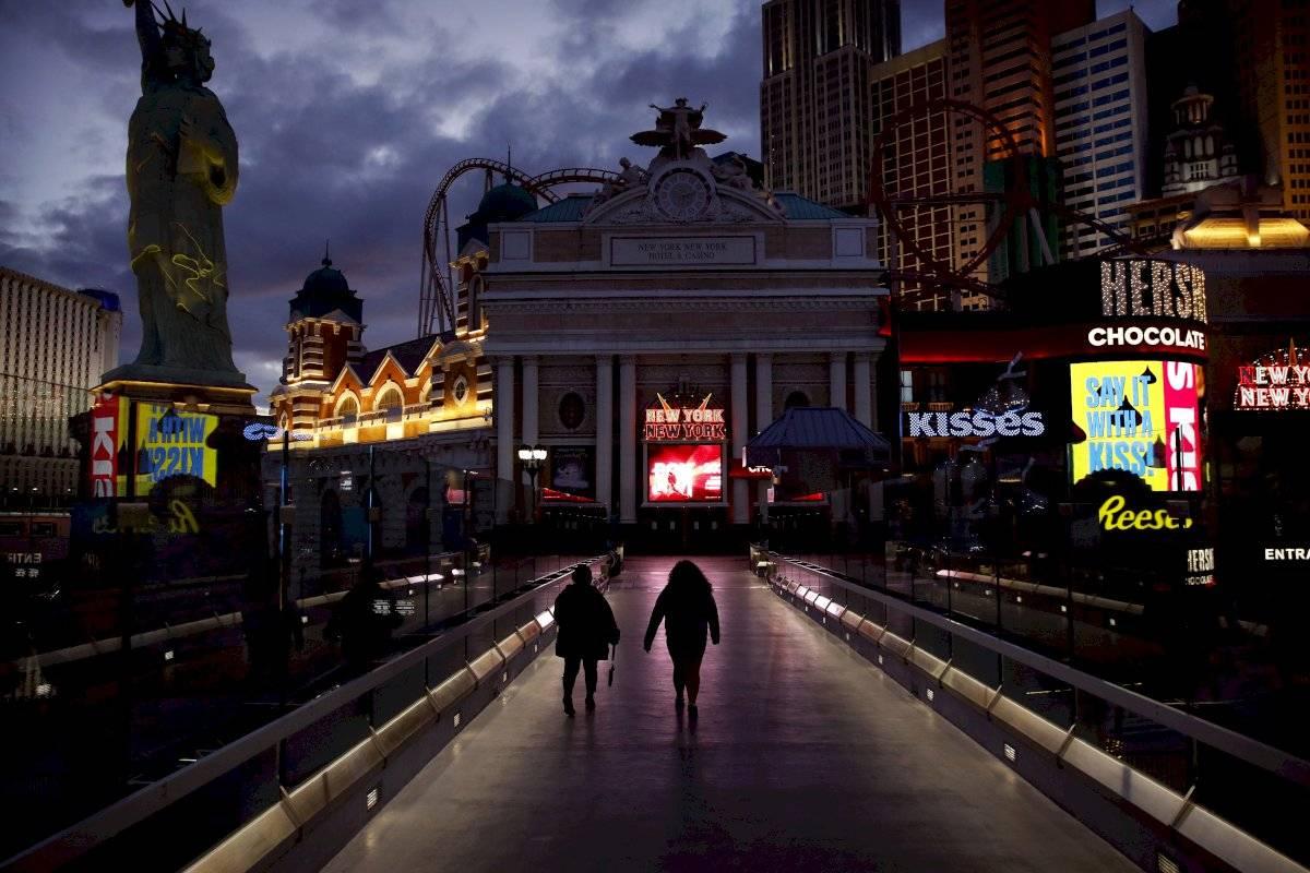 Dos personas caminan junto Las Vegas Strip.