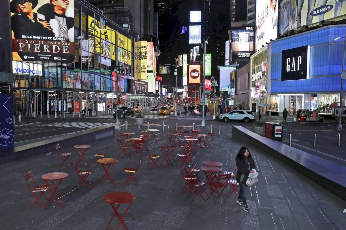 Una mujer camina por Times Square, en Nueva York.