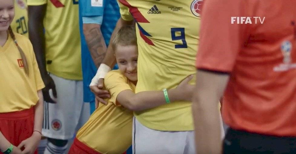 El abrazo de un niño al conocer a Falcao