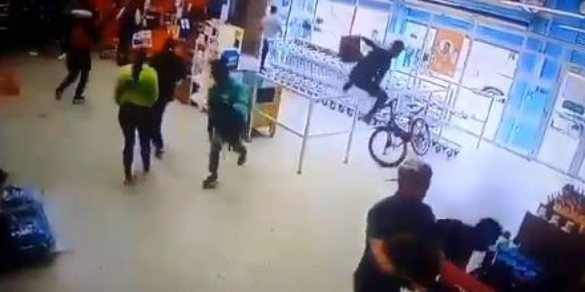 (VIDEO) Grupo de personas ingresó a robar alimentos en supermercado de Bogotá