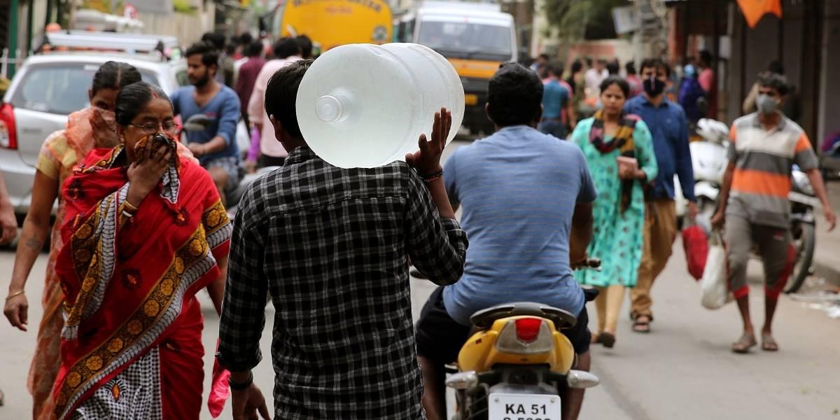 Coronavirus en India: golpean a motociclista por estornudar en público (video)