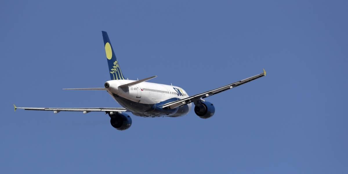"""Sky suspende todos los vuelos dentro de Chile por coronavirus: """"Pongamos los pies en la tierra"""""""
