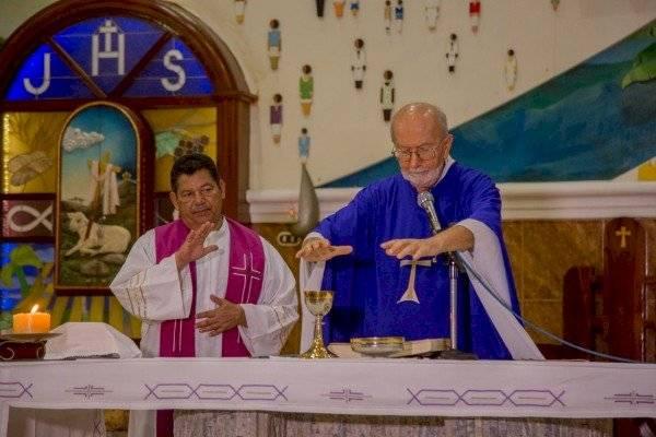 """Manabí: Fieles envían fotografías a Iglesia para """"estar presente"""" en la misa"""