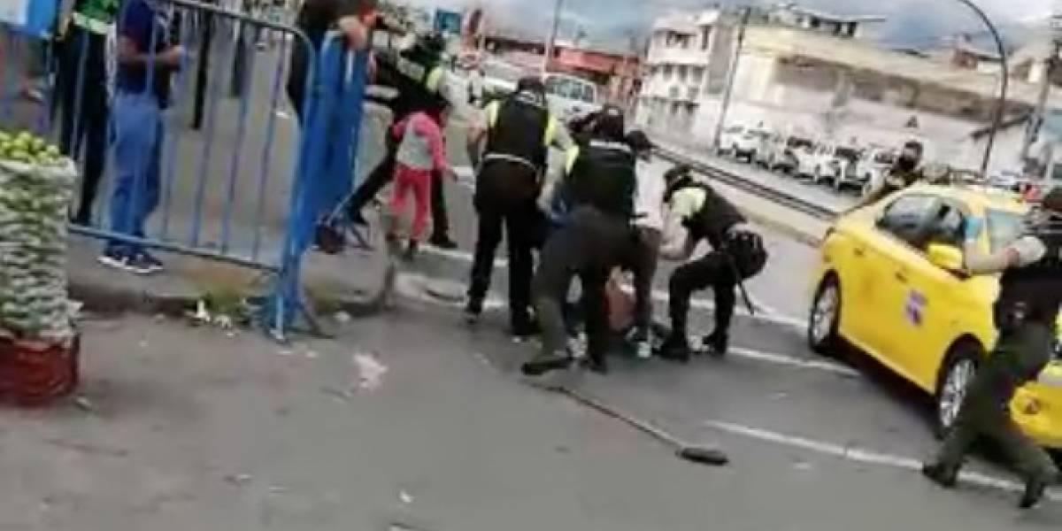 Captan incidente entre agentes de control metropolitano, policías y vendedores informales en el sur de Quito