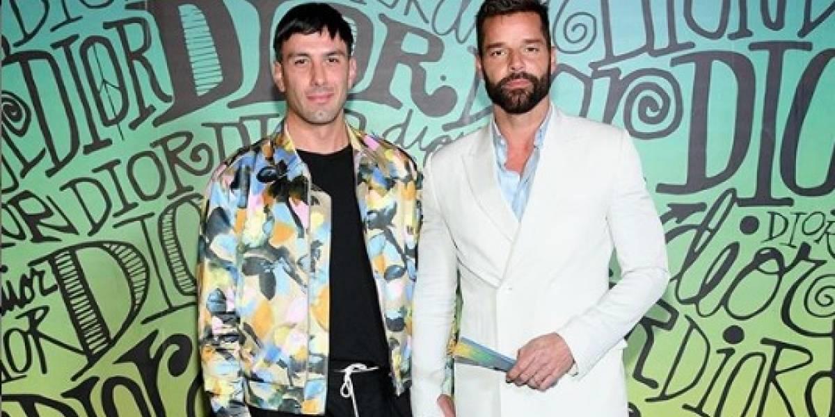 """Ricky Martin rapa la cabeza de su esposo en medio de la cuarentena y muestra el """"desastroso"""" resultado"""