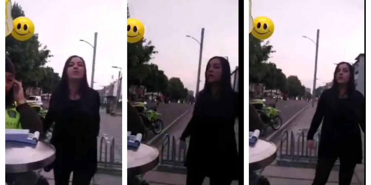 (VIDEO) Mujer insulta policías que la quieren multar por violar aislamiento en Bogotá