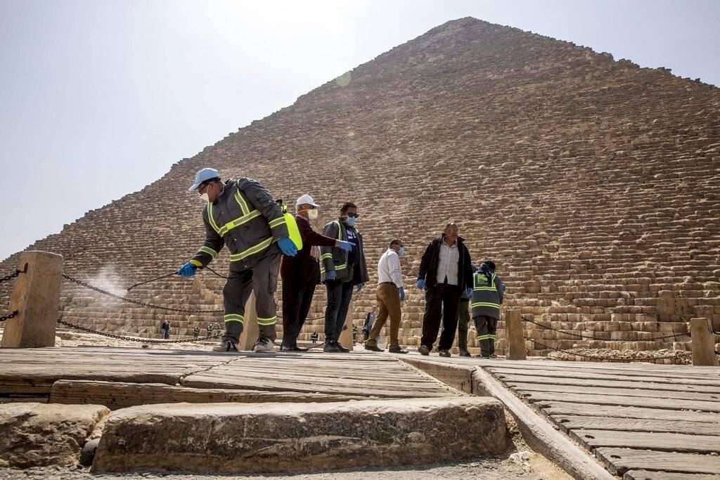 El fumigado se hizo en los accesos a las pirámides, las taquillas, los arcos de seguridad y los caminos que circundan los tres construcciones colosales y la esfinge,