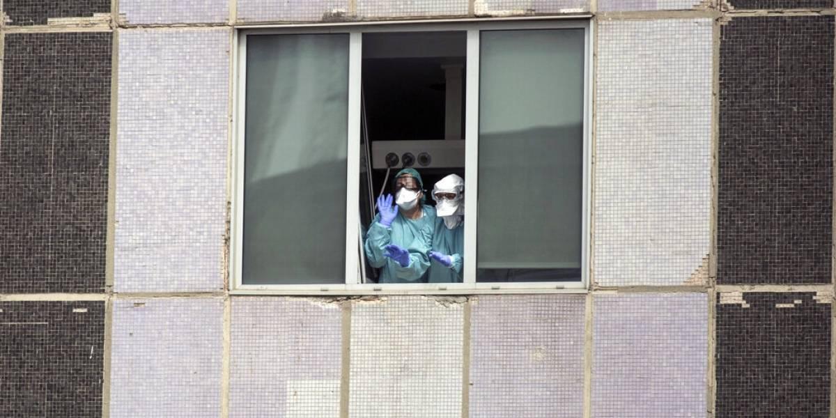 """""""Estamos colapsados"""": la dura batalla que libra el personal de la salud en España contra el coronavirus"""