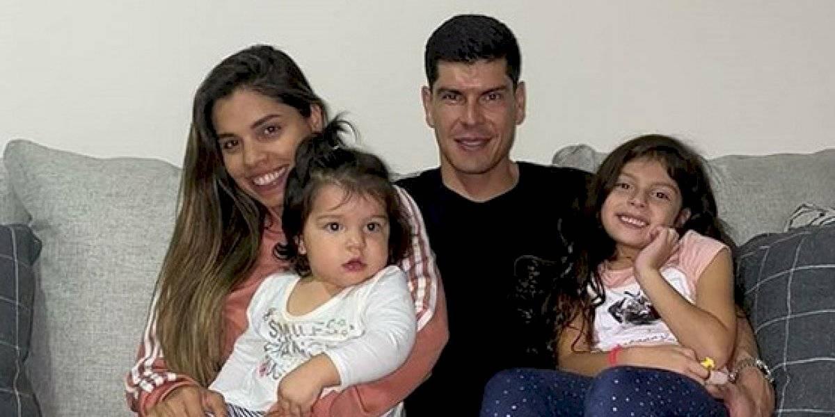 Carlos Lampe usa a sus hijas como pesas para entrenar durante la cuarentena total en Bolivia