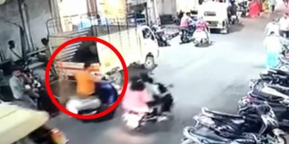 Golpean a motociclista que estornudó sin taparse la boca